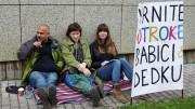 V petek so takole trije protestniki nasprotovali odločitvi CSD-ja.
