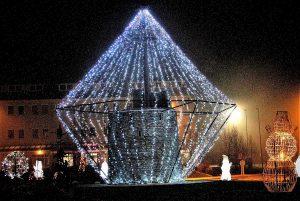 V krožišču pred mozirskim upravnim centrom je SVETLOBNO IZBRUŠEN mega diamant kot znamenje žlahtnosti.