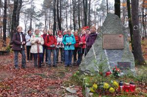 Pohodniki pri spomeniku v Razgorcah